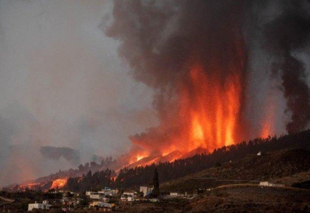 ERUPÇÃO - A lava do vulcão da ilha de La Palma, nas Ilhas Canárias (Espanha), chegou ao oceano Atlântico na noite de terça-feira (28/09/2021), cerca de nove dias depois de ter entrado em erupção. Imagem de DESIREE MARTIN / AFP)