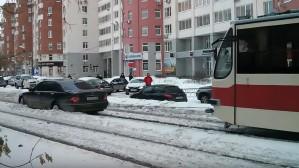 «Дорожное видео недели»: горящий бензовоз, трамвай-буксир и трусливый лихач на «жигулях»