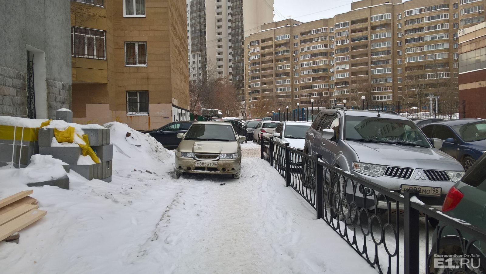 «Я паркуюсь как…»: массовая стоянка на тротуарах, BMW под детской горкой и автохам из консульства