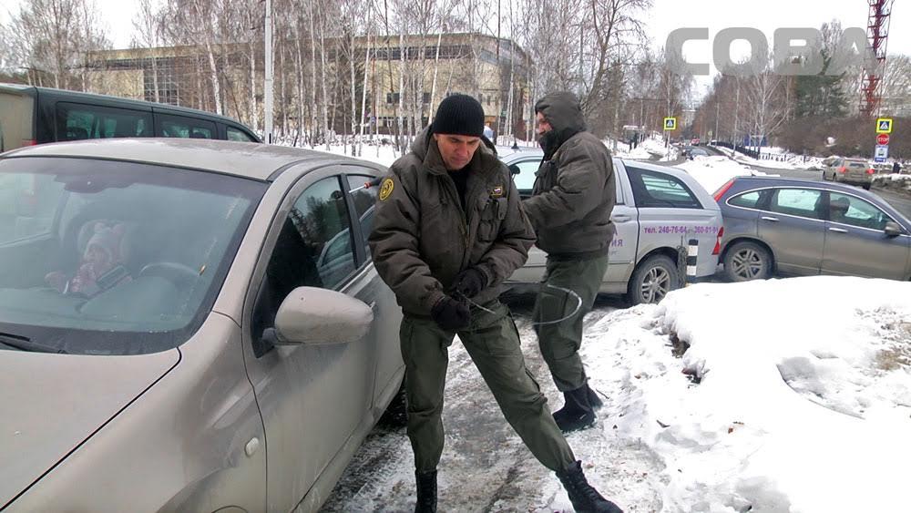 Дорожное видео недели: чудесное спасение ребёнка, дерзкий автохам и массовый угон джипов в Екатеринбурге