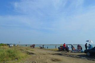 pantai di kawasan Pelabuhan Kendal ramai didatangi pengunjung