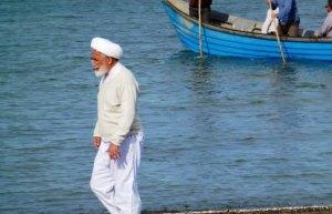کروبی در حال قدم زدن در ساحل