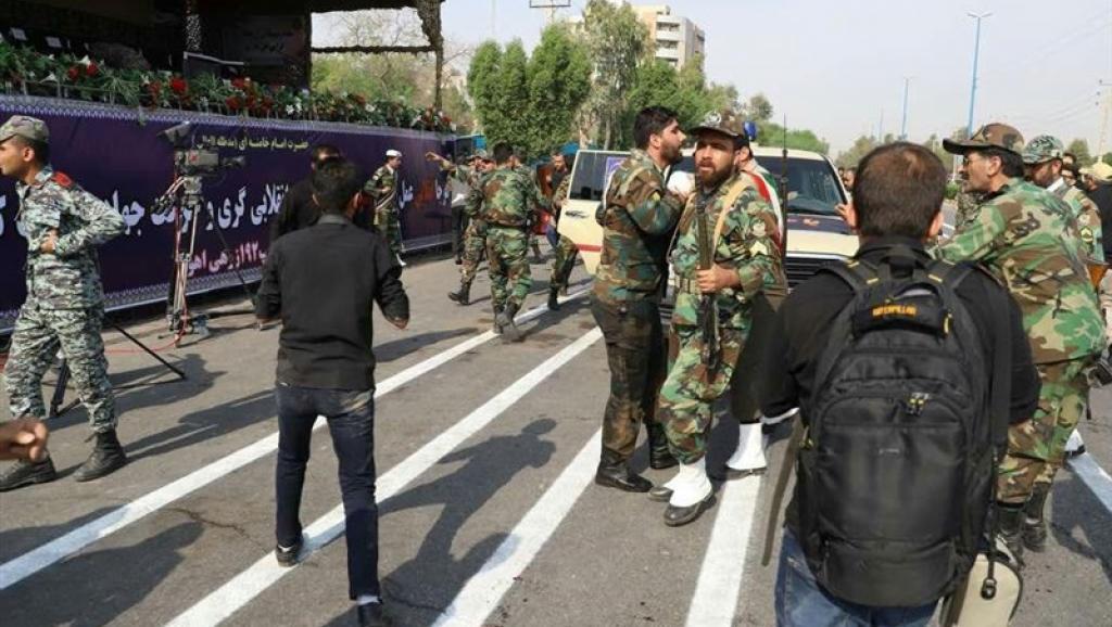 در حملۀ مسلحانه به فرماندهان سپاه و ارتش در اهواز دهها نفر کشته و زخمی شدند