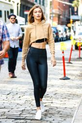 Sporty black leggings outfit and sneakers 102
