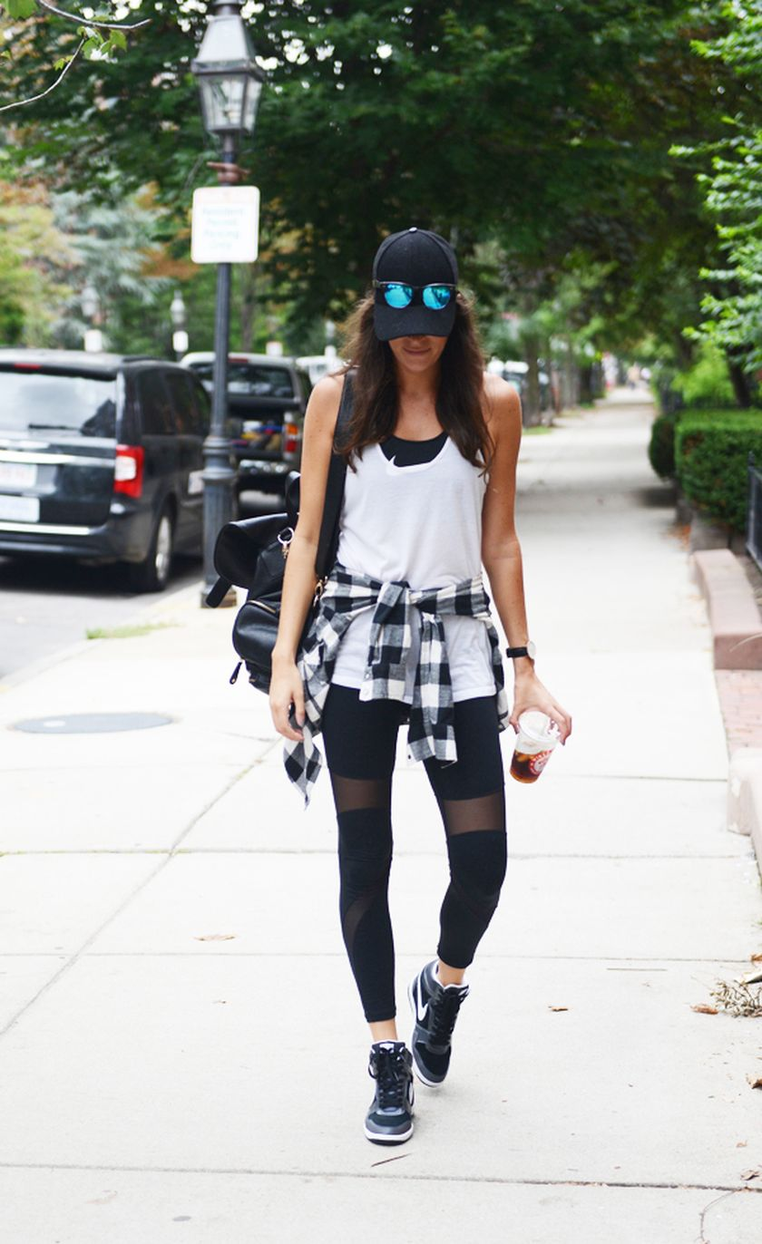 Sporty black leggings outfit and sneakers 105