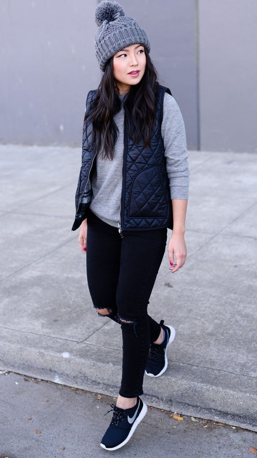 Sporty black leggings outfit and sneakers 16