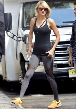 Sporty black leggings outfit and sneakers 18