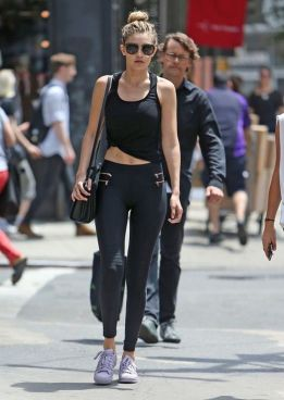 Sporty black leggings outfit and sneakers 20