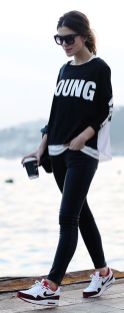 Sporty black leggings outfit and sneakers 30