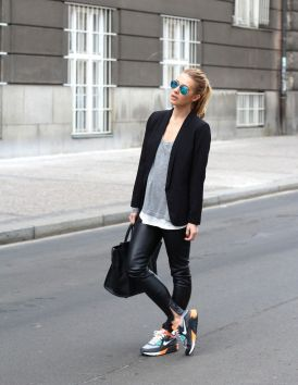 Sporty black leggings outfit and sneakers 32
