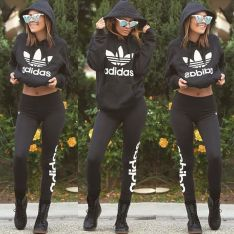 Sporty black leggings outfit and sneakers 4