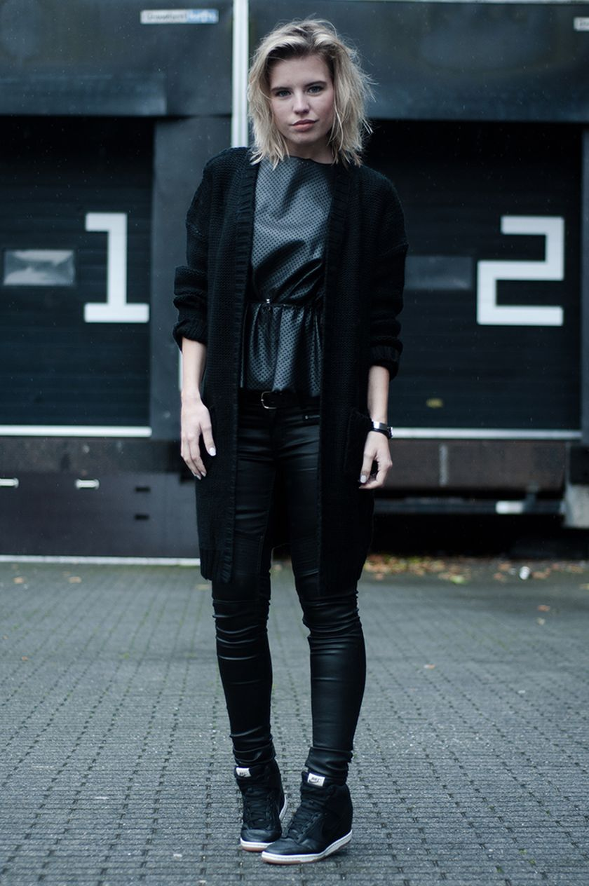 Sporty black leggings outfit and sneakers 45