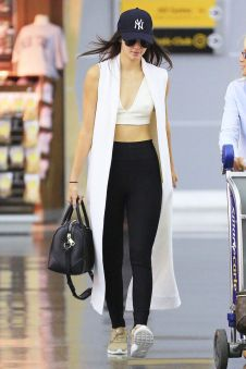 Sporty black leggings outfit and sneakers 52