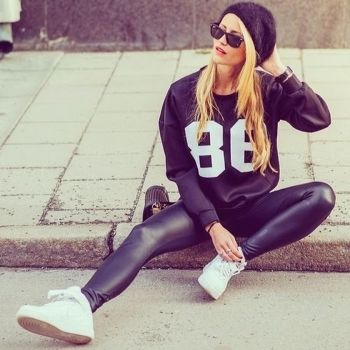 Sporty black leggings outfit and sneakers 6