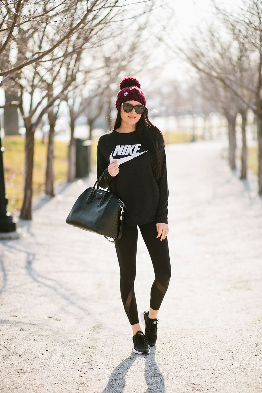 Sporty black leggings outfit and sneakers 70