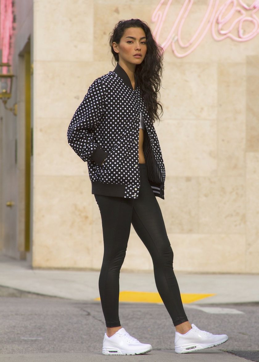 Sporty black leggings outfit and sneakers 72