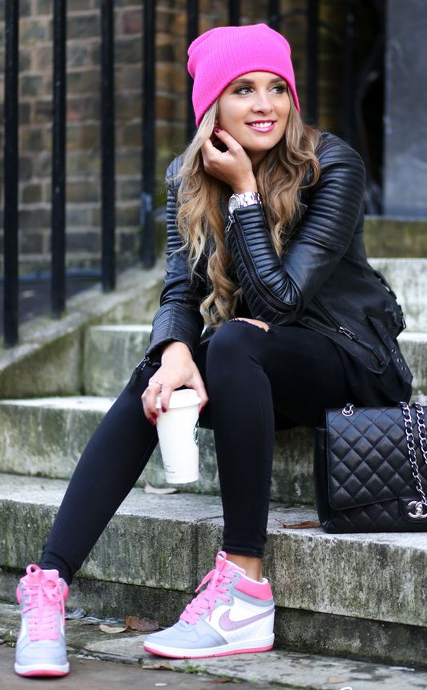 Sporty black leggings outfit and sneakers 74