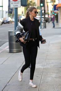 Sporty black leggings outfit and sneakers 76