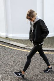 Sporty black leggings outfit and sneakers 81