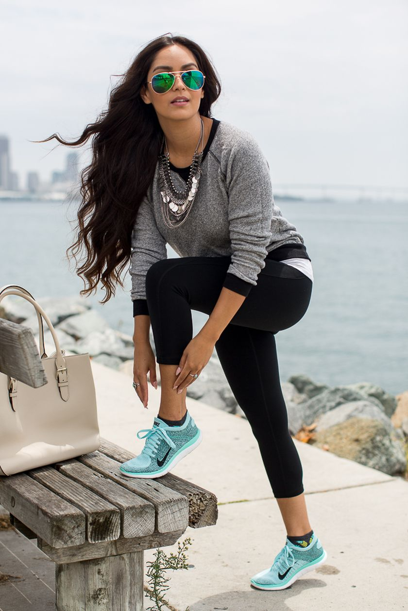 Sporty black leggings outfit and sneakers 92