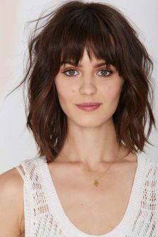 Awesome full fringe hairstyle ideas for medium hair 21
