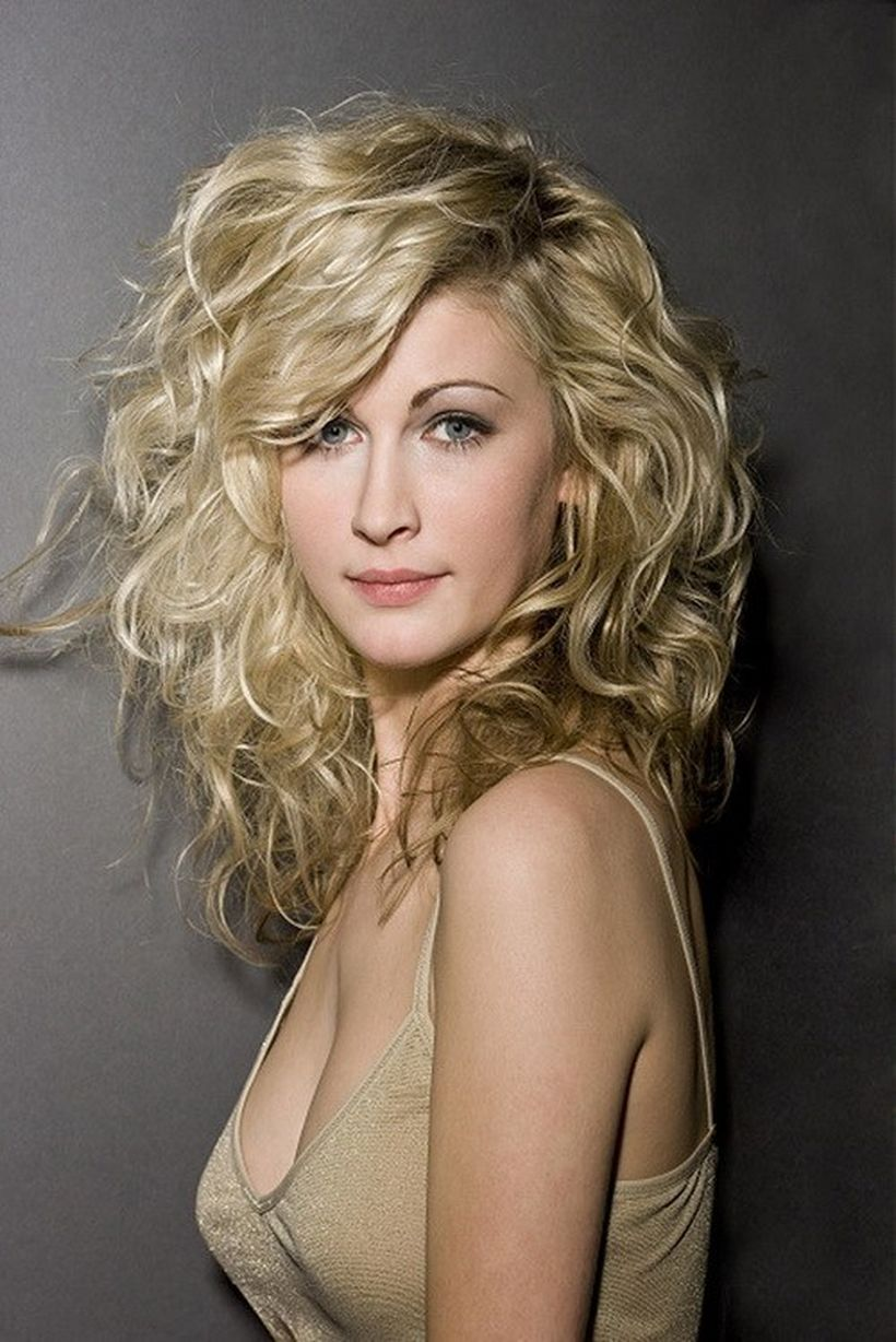 Beautiful curly layered haircut style ideas 19
