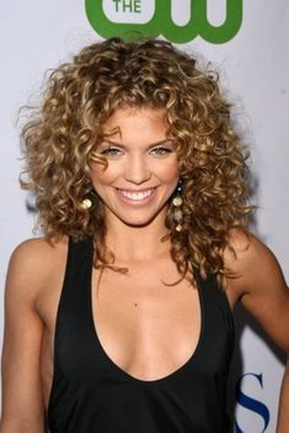 Beautiful curly layered haircut style ideas 26