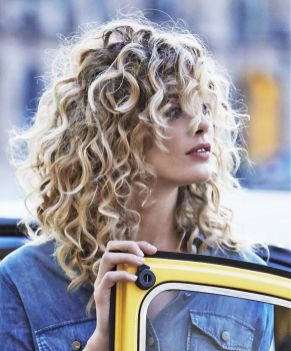 Beautiful curly layered haircut style ideas 73