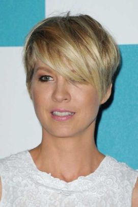 Funky short pixie haircut with long bangs ideas 56
