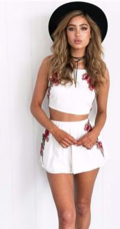 Gorgeous white two piece outfits ideas 57