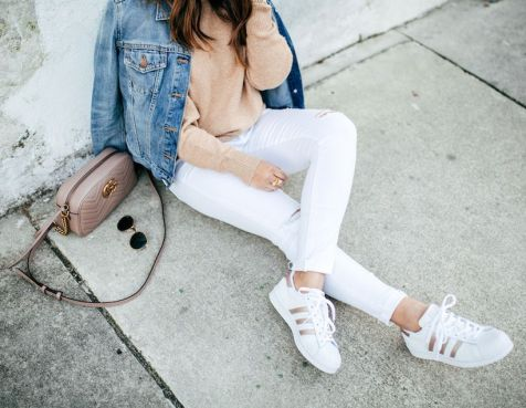 Perfect ways to wear white denim jeans outfits 5