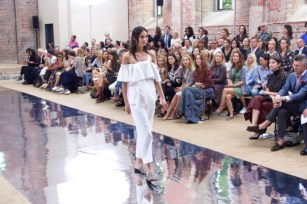 Trend 2017: Schulterfrei und Volants. (Credit: Fashion-Meets-Media.com)