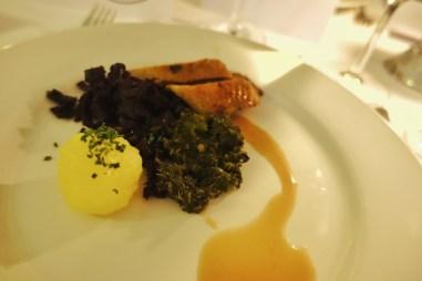 Gänsebrust mit Rotkraut, Grünkohl und Kartoffelklößchen
