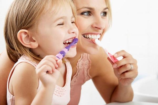 Как научить ребенка ежедневно чистить зубы?