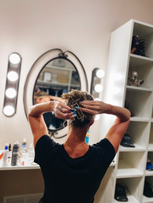 banana clip hairstyles for short hair, how to style a banana clip, hairstyle tutorial, claw clip   Claw Clip Hairstyles by popular Pittsburgh fashion blog, Fashionably Late Mom: image of a woman putting a claw clip in her hair.