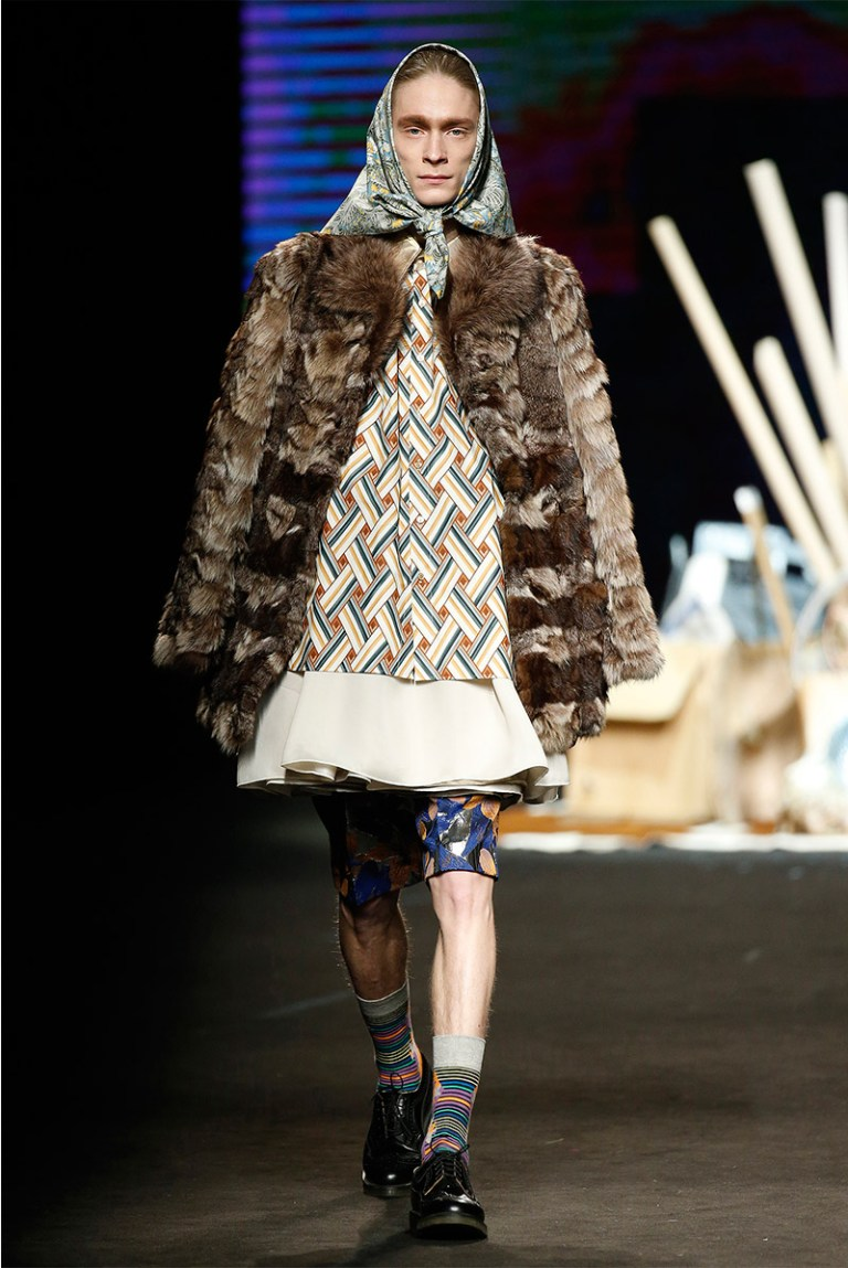 Eclectic in various textures Prints are the experiment Manuel Bolaño presents gateway for Fall / Winter 2015 collection at 080 Barcelona Fashion, with scarves, shirts, shorts and knitted sweaters that achieve a look of retro effect.