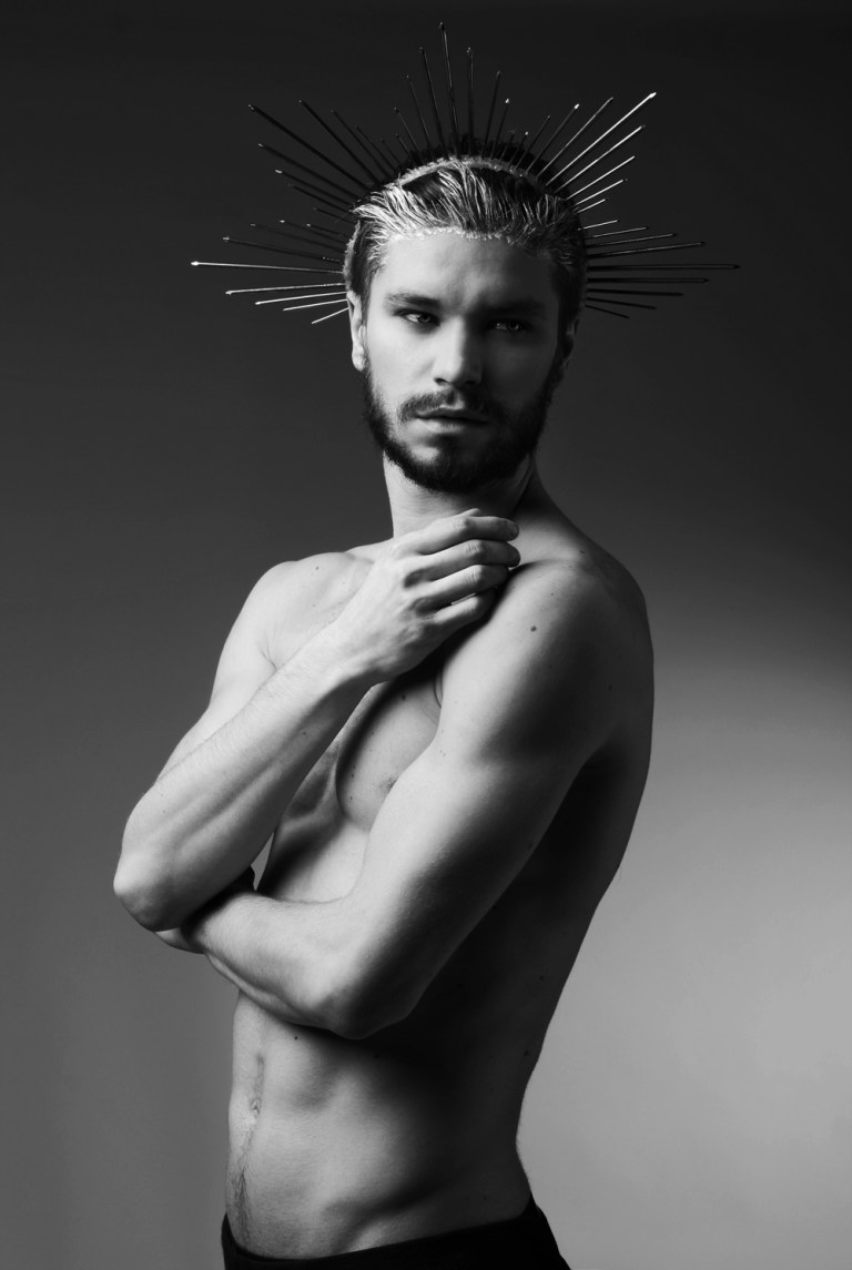 Beautiful set with Tomasz Batko from Hysteria Models fronts recently the photoshoot by photographer Wojciech Jachyra. Make Up by Ula Lis, Style by Dorian Dandis, the amazing crown was made by Magdalena Tarka.