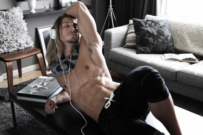 The boy from Down Under Australia, comes with us, in this session shot by NYC based photographer Thomas Synnamon here's Joel Greasley a long haired beautiful stunning guy.