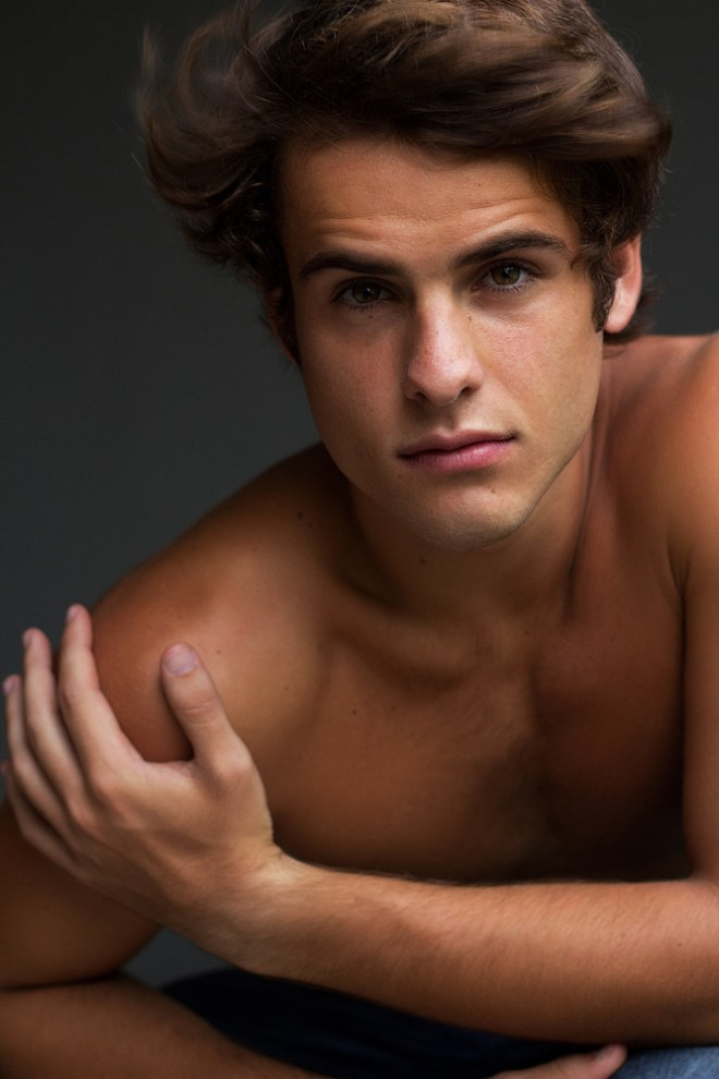 Id' like you to introduce 19yo Brazilian rebel stud Caio Brum from 40 Graus Models, he's studying Journalism and he updated his book with pictures taken by Gustavo Bastos.