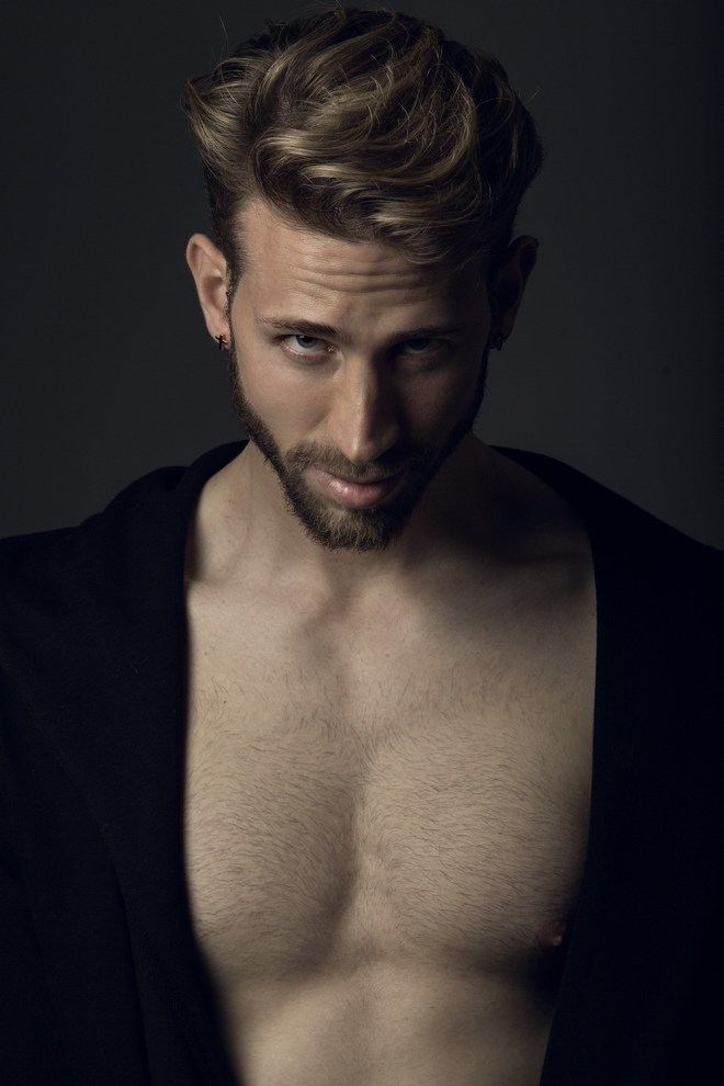 Then came to me this stunning work by photographer Ángel Ruiz featuring Christian Keller sublime portrait, killer lighting and posing, everything is really cool.