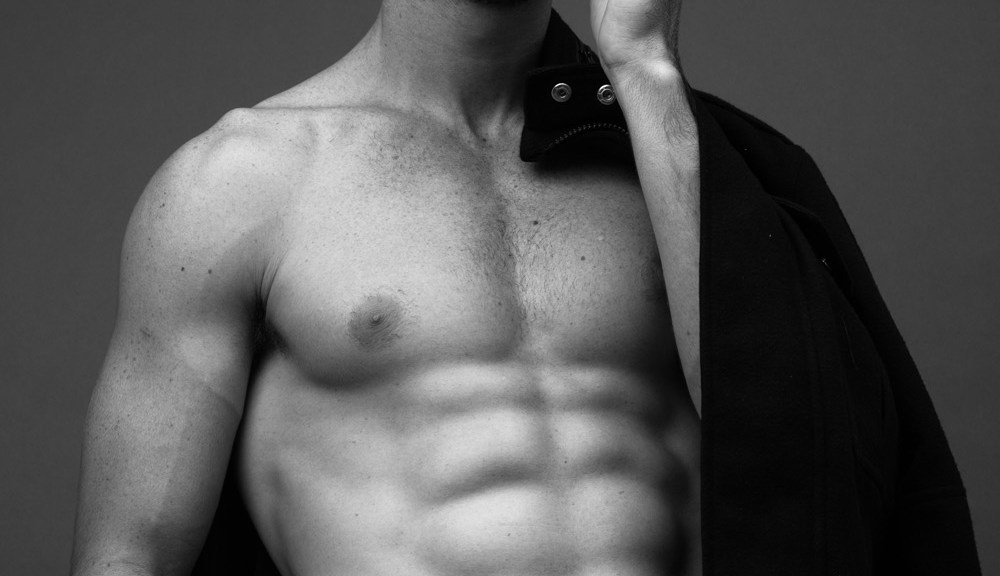 Let's get inside of this portrait, behind the lens is photographer based in Rio de Janeiro Fael Gregorio captured male model Caio Condi. Shot in B&W, I think this is a very good job.