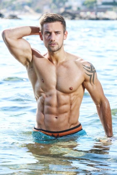This material is only for Hunks seekers around the world. Athletic fitness hunk model Alex Crockford based in London photographed by LM Gómez Pozo.