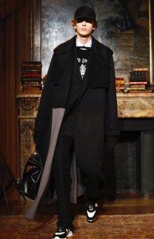 valentino-menswear-fall-winter-2017-paris40