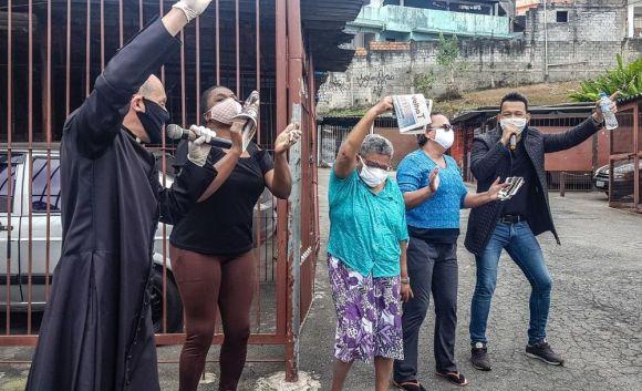 Pe Gean Medeiros e o Cantor Christian Moraes com moradores do bairro do Valo Velho