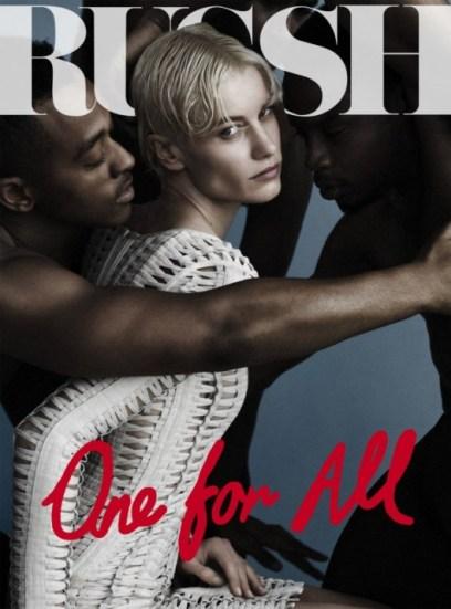 Photo de Delphine Bafort au milieu d'hommes noirs