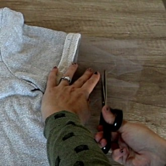 How to Use Old Clothes to Make New Outfits DIY T-Shirt Makeover