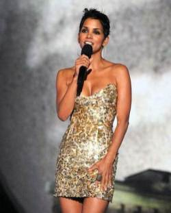 Halle-Berry-at-the-scream-awards-on-FashionDailyMag.com_