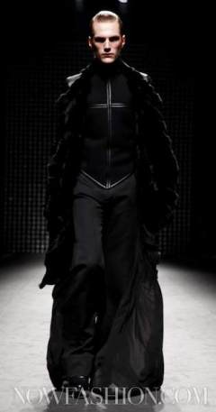 2-GARETH-PUGH-runway-PARIS-F2011-photo-nowfashion.com-on-fashiondailymag
