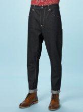 Topshop-Raw-Selvedge-Carrot-Jeans-on-www.fashiondailymag.com-by-Brigitte-Segura