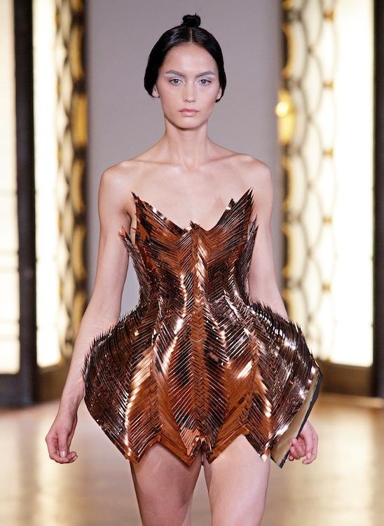 IRIS VAN HERPEN AH1213 - Look 12 pfw haute couture on FashionDailyMag